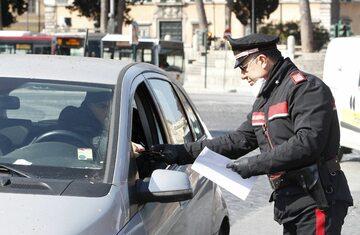 Kontrola dokumentów w Rzymie podczas epidemii koronawirusa