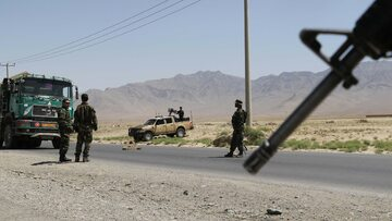 Kontrola drogowa afgańskich służb w pobliżu Bagram