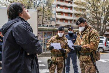 Kontrola na ulicy Rozzano w Lombardii