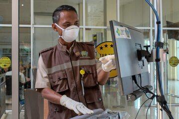 Kontrole na lotniskach po wybuchu epidemii koronawirusa