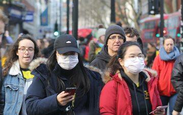 Koronawirus. Ludzie w Wielkiej Brytanii zakładają maseczki, żeby uchronić się przed zakażeniem