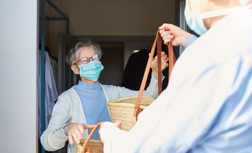 Koronawirus: mężczyzna przynosi seniorce zakupy