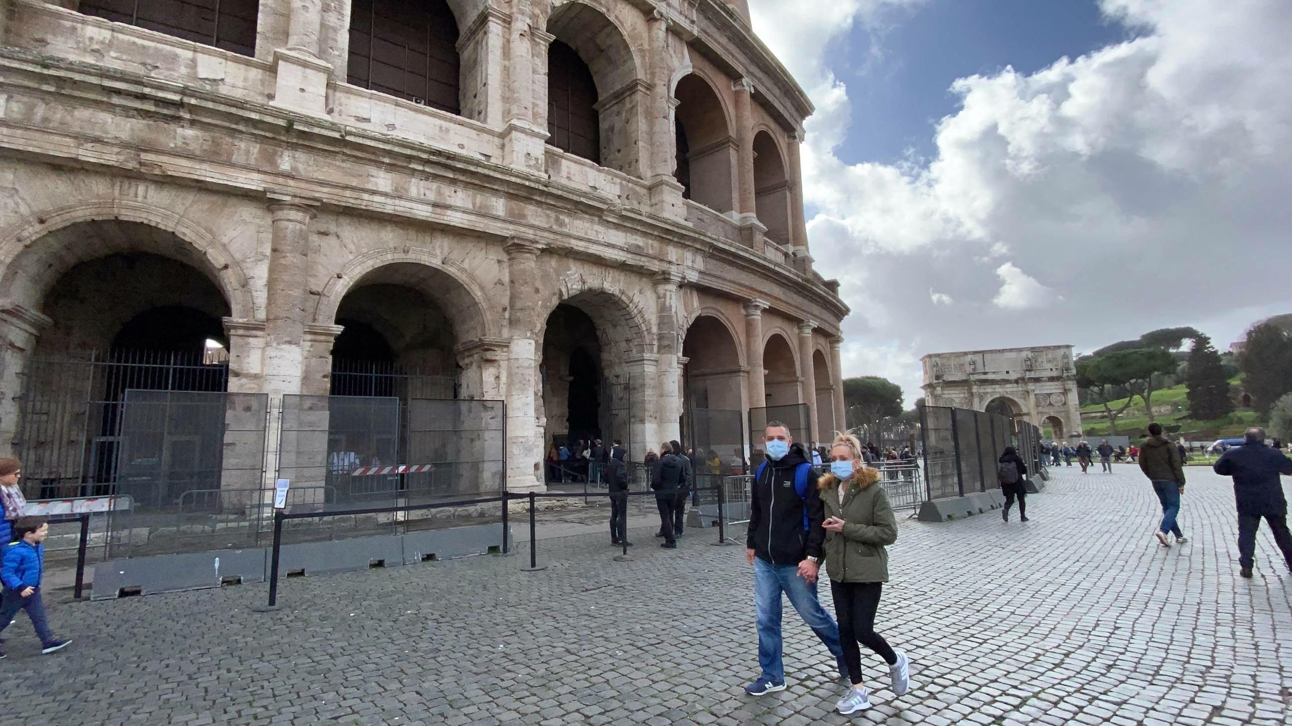 Koronawirus. Turyści w maseczkach w Rzymie