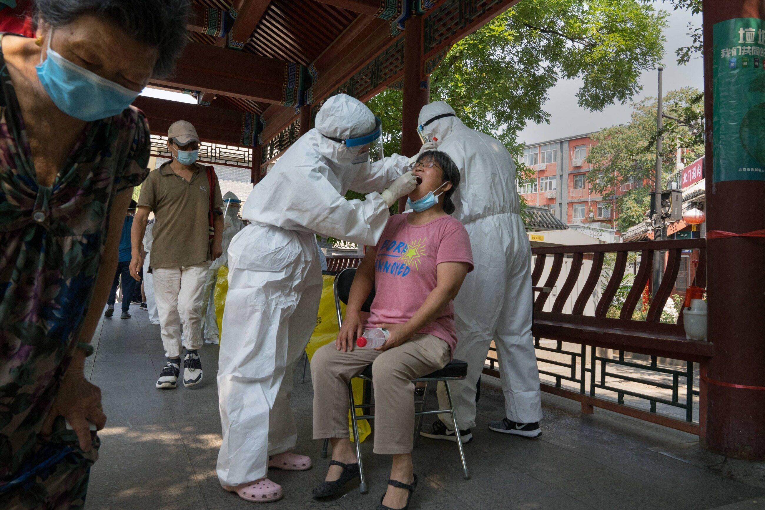 Koronawirus w Chinach. Pobieranie wymazu w Pekinie