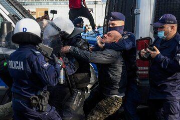 Koronawirus w Polsce. Policjanci zatrzymują przeciwnika restrykcji związanych epidemią COVID-19 (zdjęcie archiwalne)