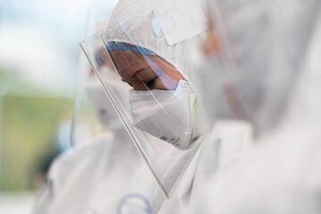 Koronawirus w Polsce - pracownica mobilnego punktu pobrań wymazów