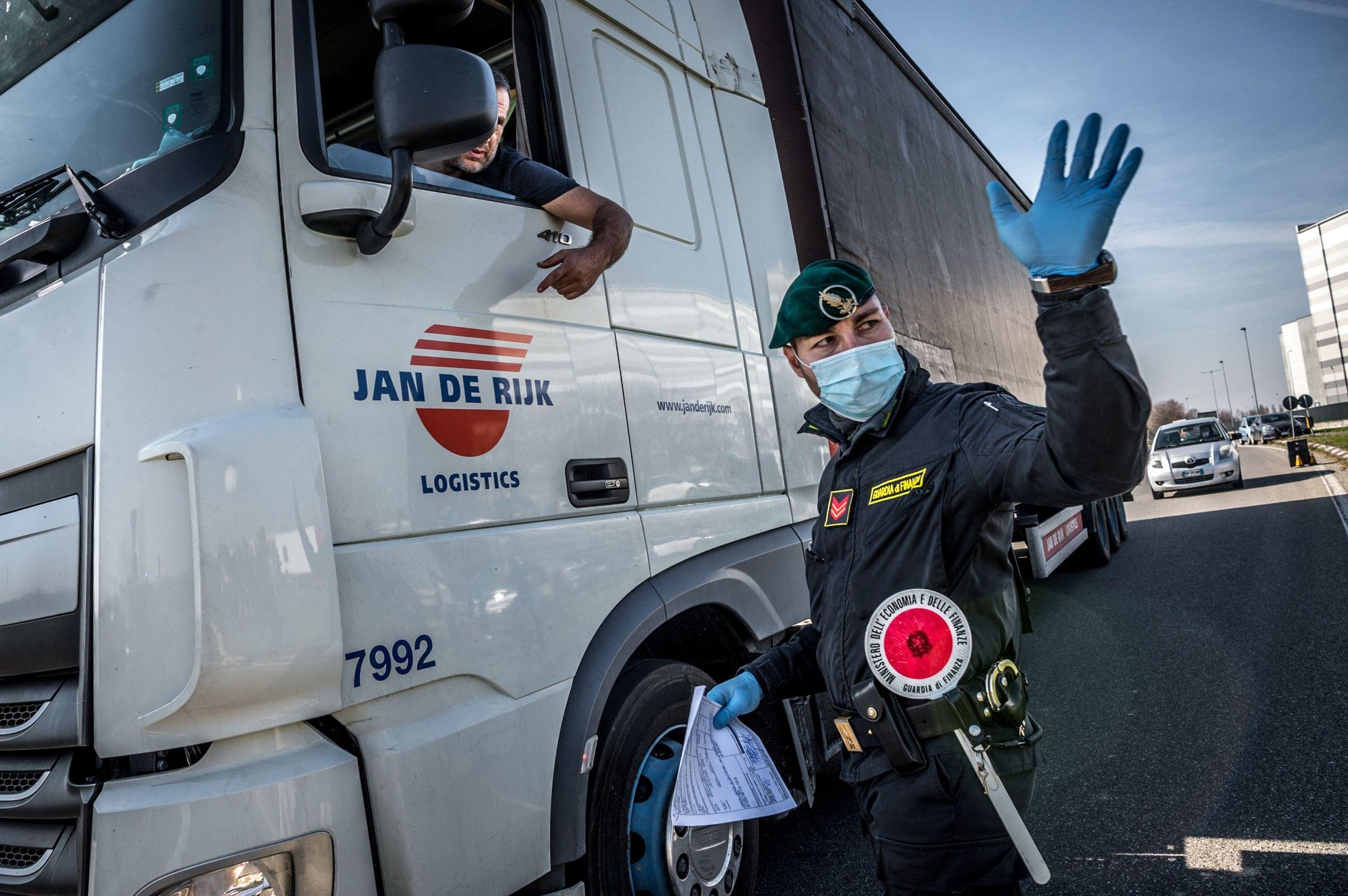 Koronawirus we Włoszech. Carabinieri kontrolujący ciężarówkę