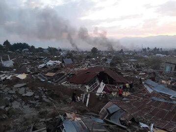 Krajobraz po tsunami i trzęsieniu ziemi w Indonezji
