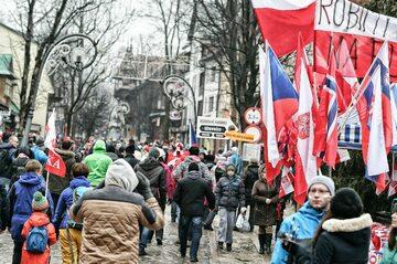 Krupówki, Zakopane, w dniu konkursu skoków narciarskich. Tłumy na ulicy pomimo pandemii i obostrzeń