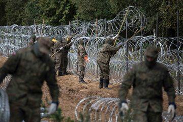 Krynki, początek września 2021. Żołnierze budują płot przy granicy z Białorusią