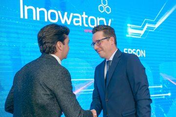 """Krzysztof Modrzewski, National Sales Manager Epson, odbiera Innowatora w kategorii """"Nowe technologie"""""""