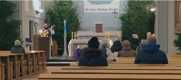 """Ks. Dariusz Olejniczak w filmie """"Tylko nie mów nikomu"""""""