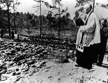 Ks. Stanisław Jasiński nad grobami zamordowanych żołnierzy w 1943 roku