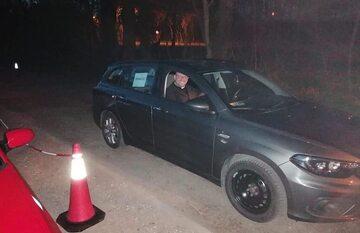 Ksiądz Adam Pawłowski spowiada z samochodu