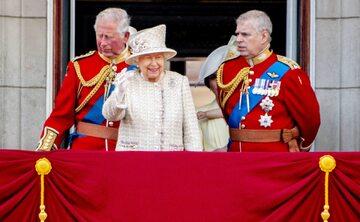 Książę Andrzej na prawo od Królowej Elżbiety II w trakcie Trooping the Colour