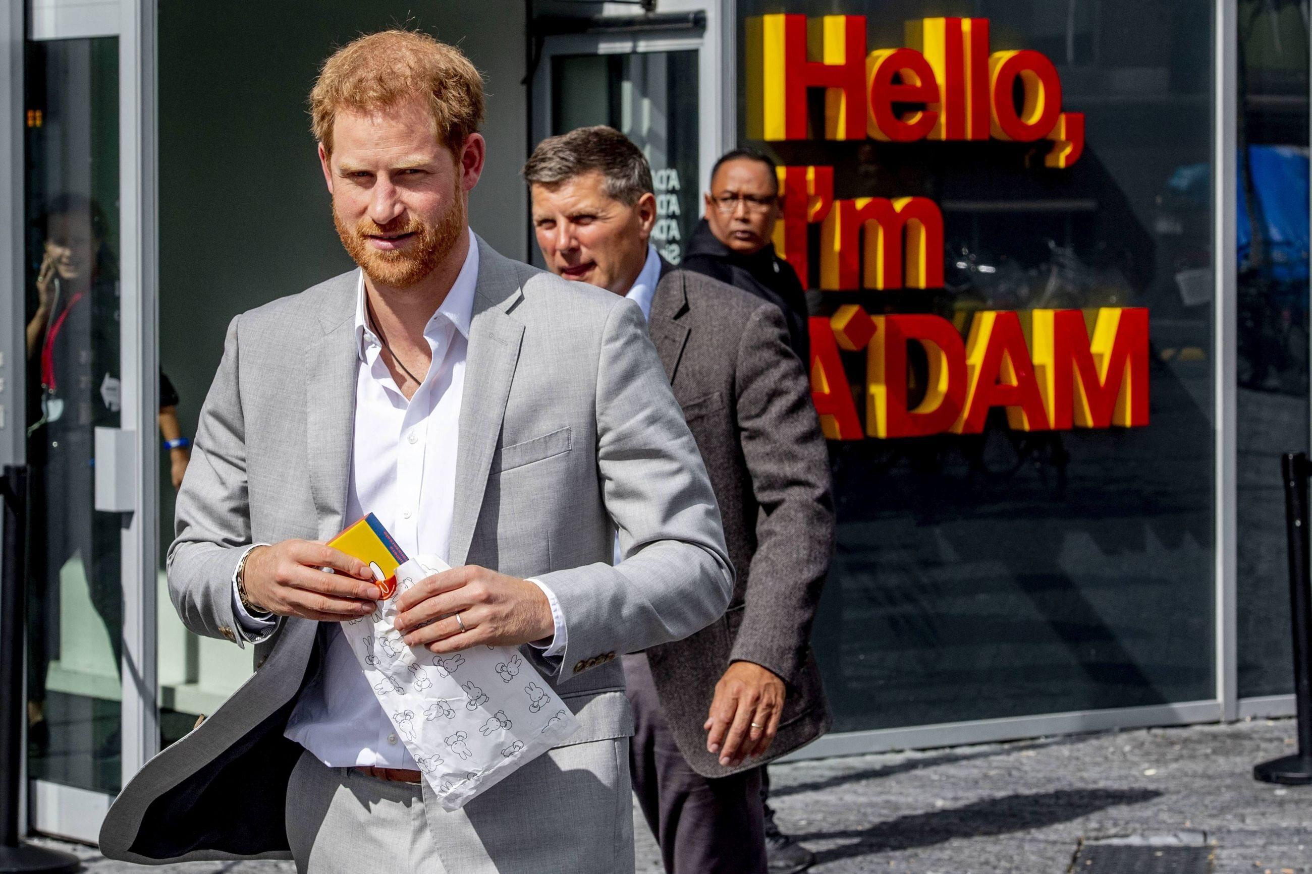"""Książę Harry pozywa """"Sun"""" i """"Daily Mirror"""". Co zarzuca ..."""