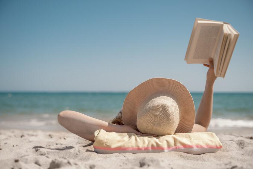 Książka, wakacje, zdj. ilustracyjne