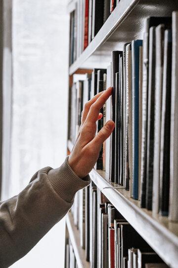 Książki na półkach, zdjęcie ilustracyjne