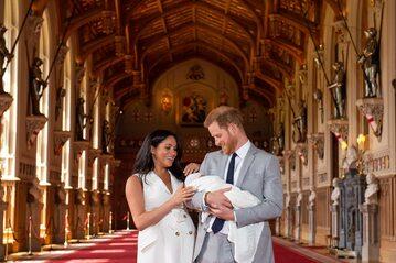 Księżna Meghan i książę Harry z synem