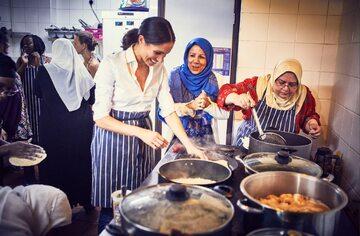 Księżna Meghan podczas gotowania w Al Manaar Centre