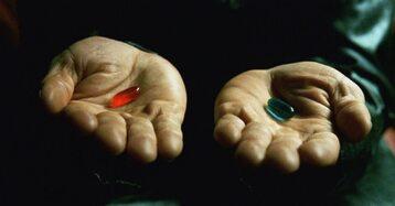 """Kultowa scena """"Matrixa"""" z pigułkami: czerwoną i niebieską"""