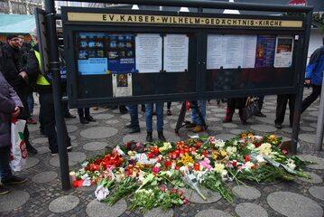Kwiaty składane przez mieszkańców Berlina w pobliżu miejsca zamachu