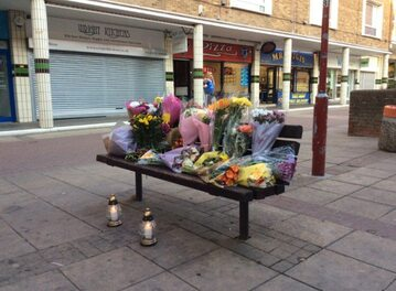 Kwiaty składane przez Polaków w miejscu morderstwa