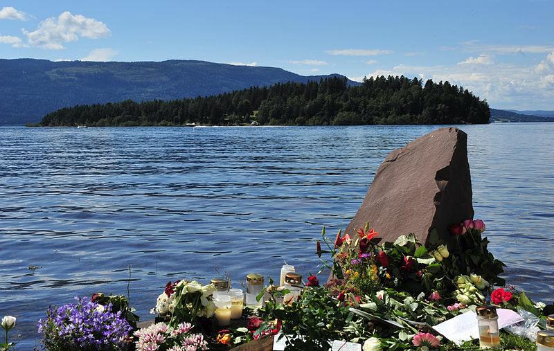 Kwiaty upamiętniające masakrę na wyspie Utoya