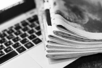 Laptop i gazety, zdj. ilustracyjne