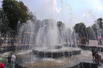Latem chętnie znajdujemy odrobinę wytchnienia w okolicach miejskich fontann. Dlaczego lepiej unikać picia wody z takich źródeł?