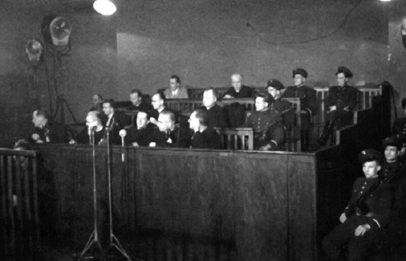 Ława oskarżonych w procesie księży kurii krakowskiej