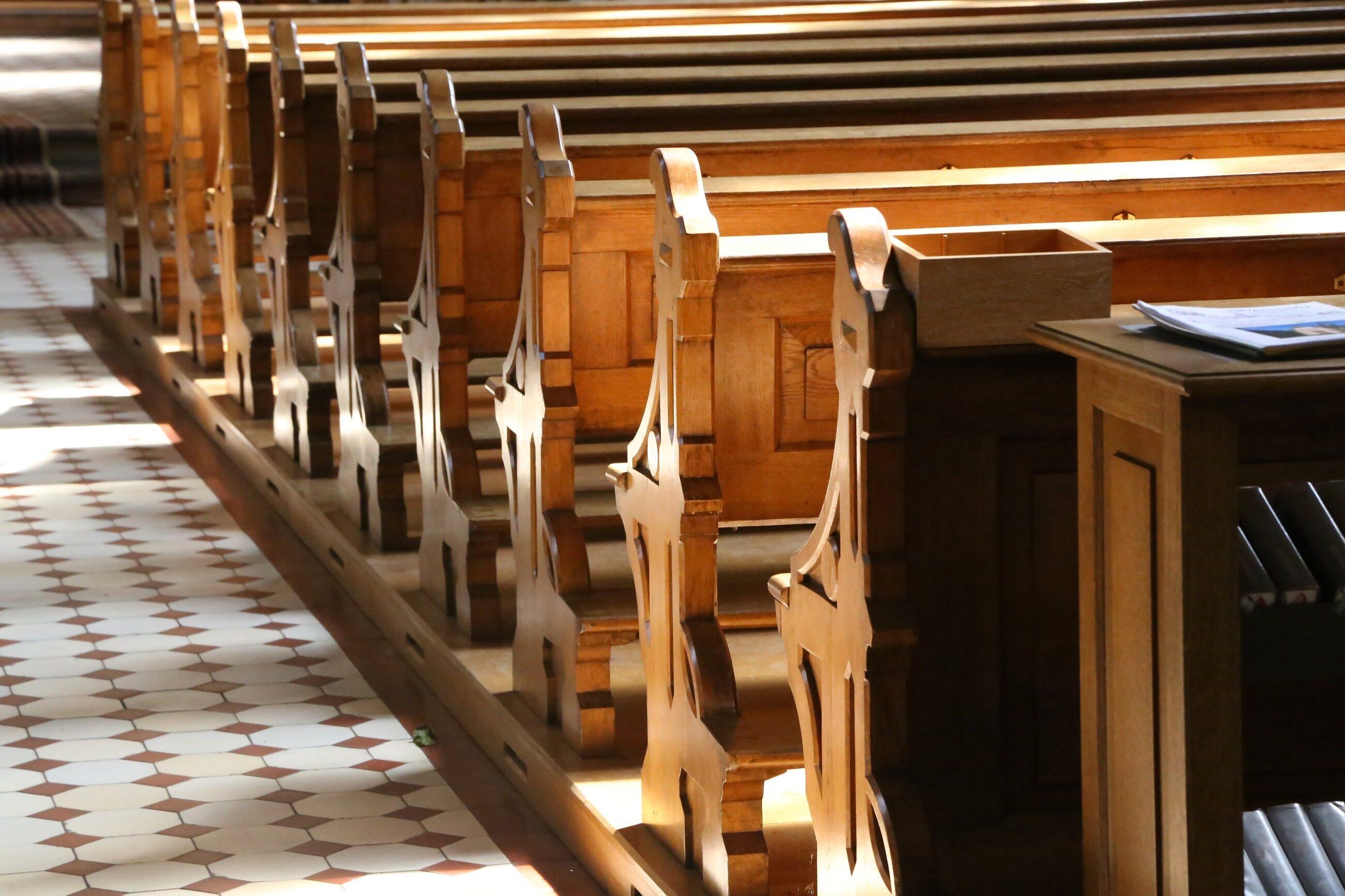 Ławy kościelne, zdjęcie ilustracyjne