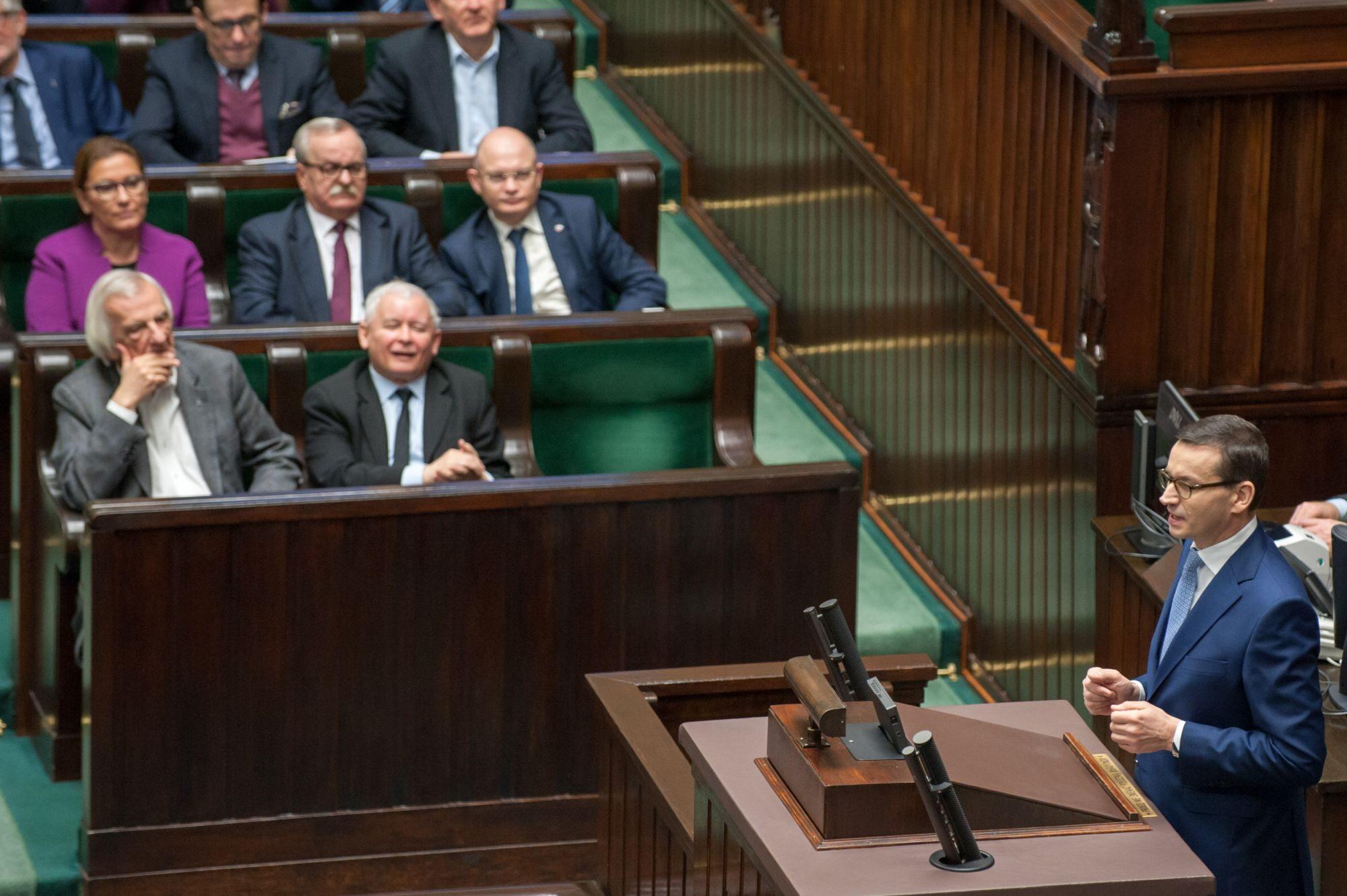 Ławy polityków PiS, na mównicy premier Mateusz Morawiecki