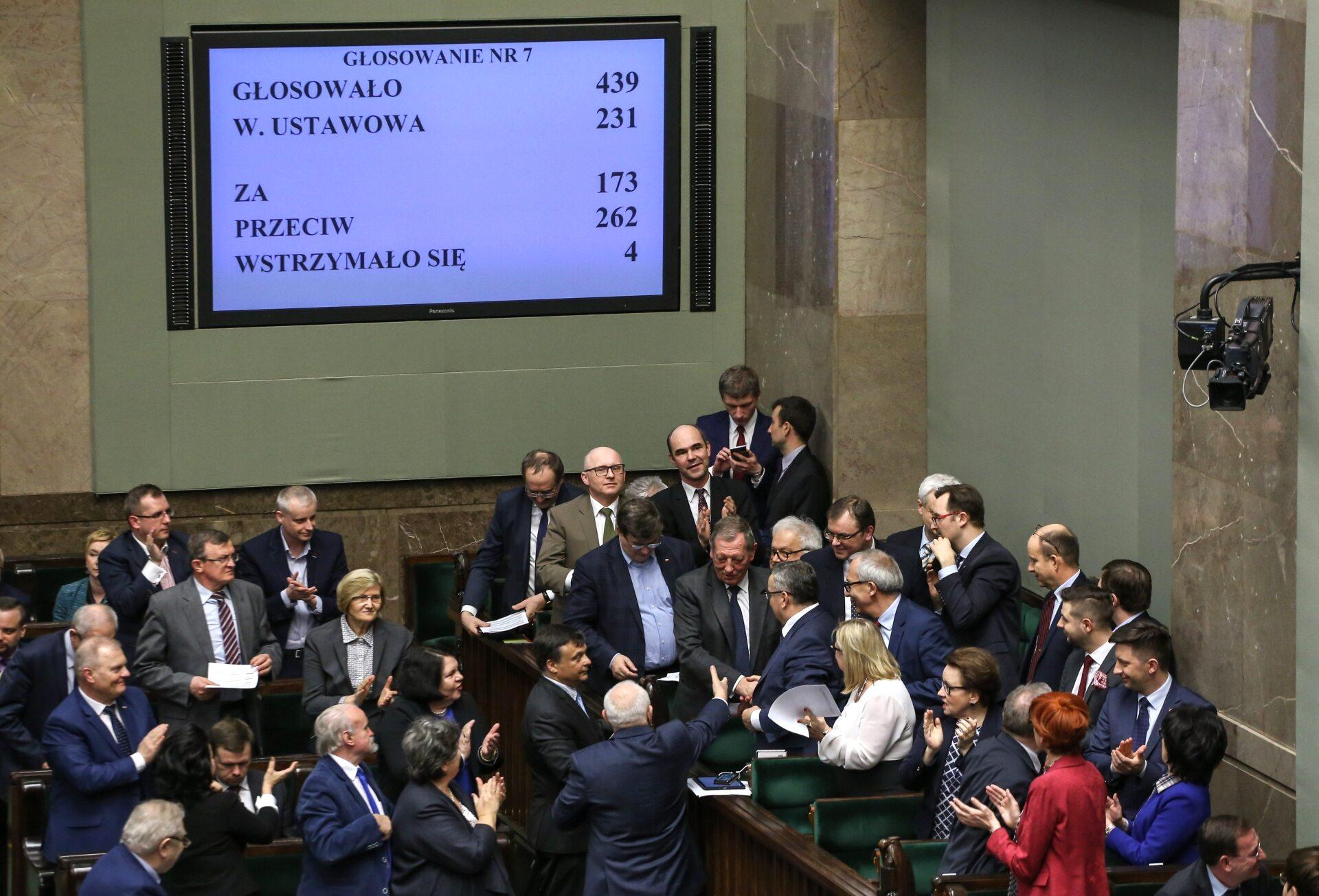 Ławy rządowe, politycy gratulują ministrowi Szyszko po odrzuceniu wniosku o wotum nieufności