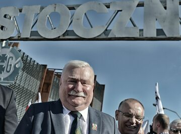 Lech Wałęsa podczas obchodów 36. rocznicy podpisania Porozumień Sierpniowych, przed bramą nr 2 Stoczni Gdanskiej