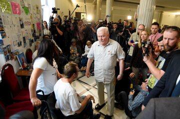 Lech Wałęsa podczas wizyty u protestujących w Sejmie