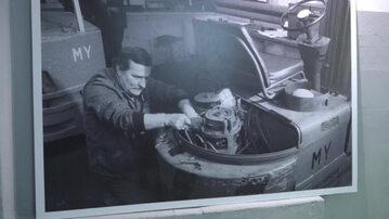Lech Wałęsa w warsztacie. Kadr z materiału