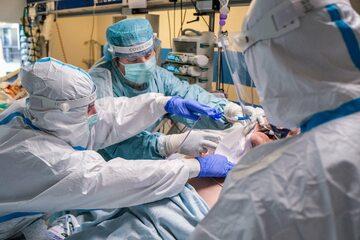Lekarze walczący o życie pacjenta z COVID-19, który przebywał na oddziale intensywnej terapii w szpitalu w Bochni
