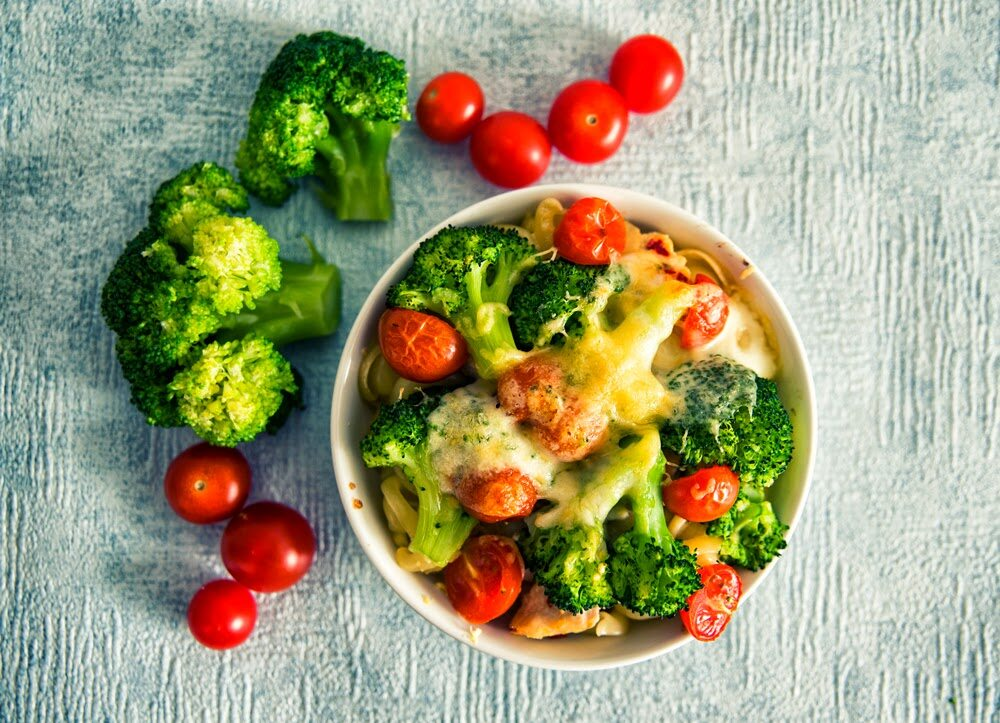 Lekka zapiekanka z makaronem, warzywami i kurczakiem