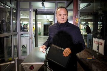 Leszek Czarnecki opuszcza budynek prokuratury