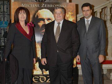 """Lew Rywin z żoną i synem Marcinem na premierze filmu """"Wiedźmin"""" w 2001 roku"""
