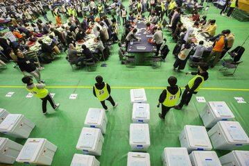 Liczenie głosów w wyborach parlamentarnych w Korei Południowej. 15 kwietnia 2020 roku