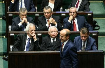Lider PO Borys Budka przechodzący przed politykami PiS - m.in. Jarosławem Kaczyńskim, Mariuszem Błaszczakiem, a także Ryszardem Terleckim