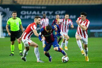 Lionel Messi otoczony przez zawodników Athleticu Bilbao