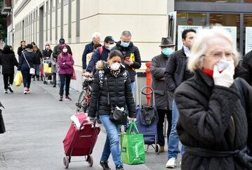 Ludzie na ulicach Mediolanu