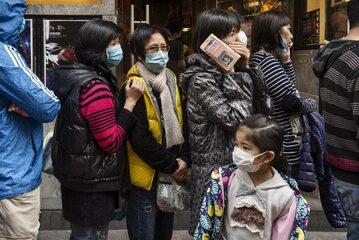 Ludzie w kolejce do sklepu w Hongkongu