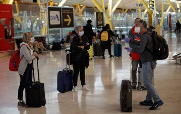 Ludzie w maseczkach na  lotnisku w Madrycie, zdjęcie ilustracyjne