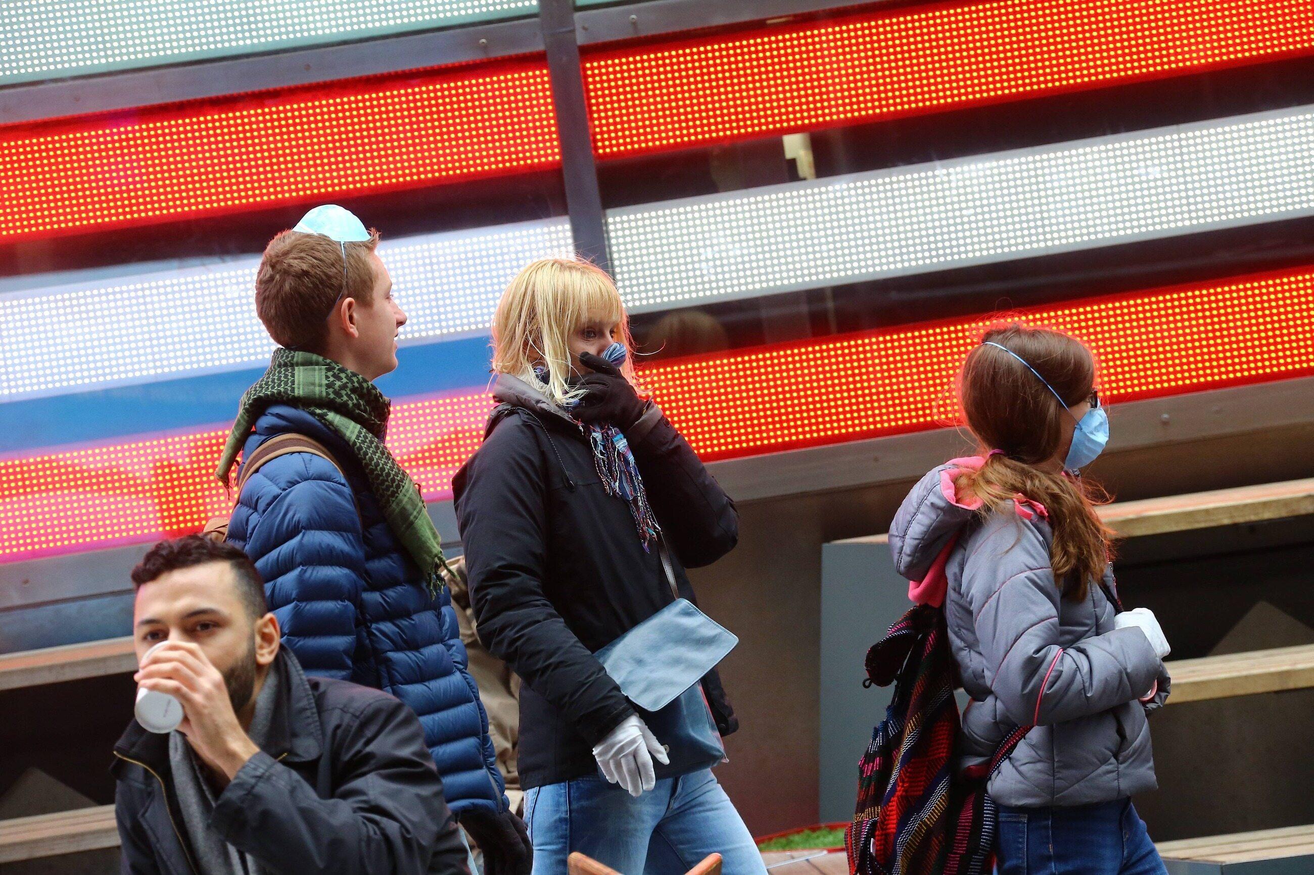 Ludzie w maseczkach na Times Square w Nowym Jorku