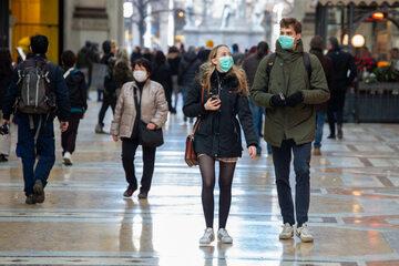 Ludzie w maseczkach na ulicy w Mediolanie