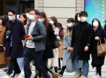 Ludzie w maskach na ulicy Tokio